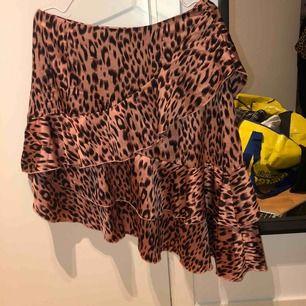 Snedskuren leopardmönstrad kjol. Köpt på boohoo. Storleken i kjolen är 42 men jag skulle säga en storlek 40.  180 ink frakt