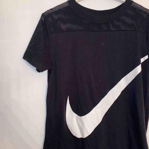 Cool sporttröja från Nike med bommullsmaterial. Markerad som XL men stämmer inte allt utan är snarare s/m. Frakt tillkommer😊