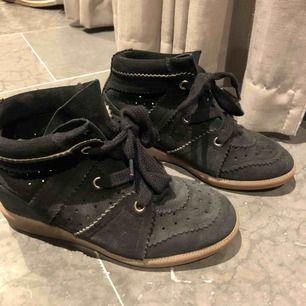 Säljer mina superfina Isabel marant skor, säljs på grund av att de inte gick till användning, använt dom ca en höst. Äkta!  Nypris:4700