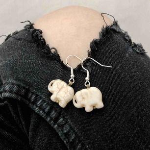 Ett gulligt par örhängen med elefant stenar. Hänget är inte tungt utan väldigt lätt! Du kan bära paret med vilka kläder som helst, så det är lätt att lägga in i din outfit! 🐘