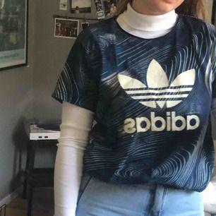 Adidas tshirt med blå print. I väldigt gott skick! Frakt 44kr