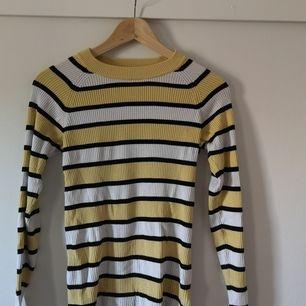 Långärmat tröja med lagom hög krage, strechigt lagom tjockt tyg