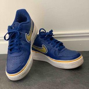 Ett par Nike air force 1. Använda fåtal gånger, ordninarie pris 900kr. Frakten ingår i priset🤩
