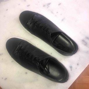 Axel Arigato, svarta läder med vit sula. Väldigt fint skick, sulan är vit. Inget slitage!