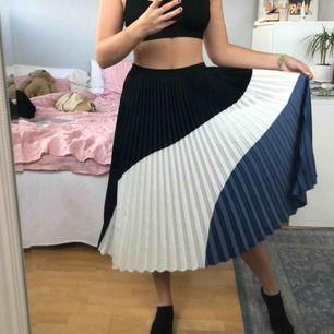 Superfin kjol med svart, vitt & blått! 100kr + frakt!💙