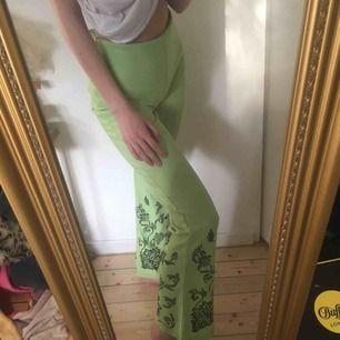 neongröna byxor m mönster:)