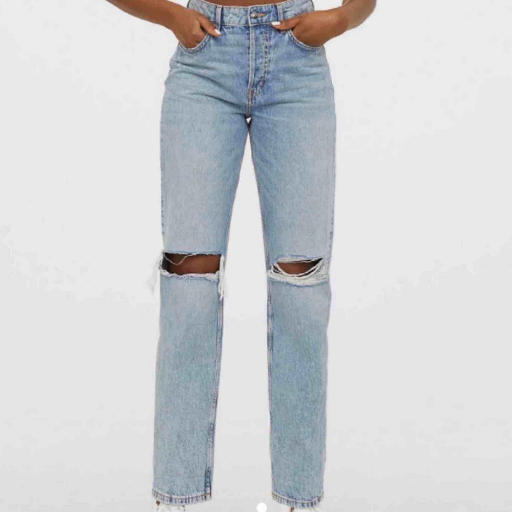 Jätte fina raka jeans från hm liknar de raka jeansen från zara💖 storlek 36 passar 25/26 i midjan. Jeans & Byxor.