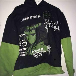 Oversize mock two piece hoodie med söt design! Passar alla mellan xs-m!   Möts upp i Sthlm elr så står köpare för frakt <3