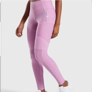 Helt nya ljusrosa tights från Gymshark, lappar och orginalförpackning finns kvar. Köpta för 600 säljer för 399 inkl frakt. Fler bilder kan skickas vid intresse!