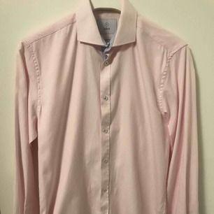 Snygg rosa skjorta med vita ränder från Bläck. Enbart använd en gång under min student, men har sen dess inte kommit till användning då jag har växt ur den. Storleken är small. Kan fraktas mot avgift.