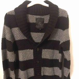 Snygg stickad tröja från Jack & Jones. Tröjan har knappt använts då jag snabbt växte ur den. Fraktkostnad tillkommer.