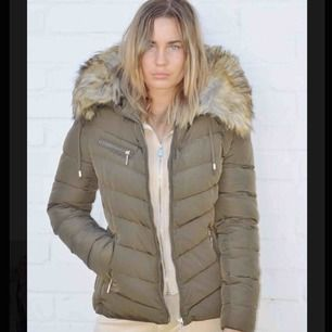 2 Tessie jackor, en grön (som bilden) och en beige! Som nya i skick, endast använda några gånger💞