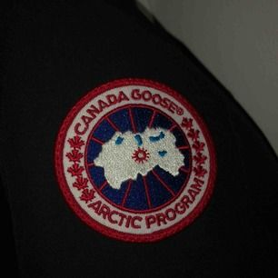 Säljer min Canada Goose (Victoria Parka), strl M. Inte ens använd en vinter, köpt i november. Jackan är i godskick. Köpt för 9499kr. Pris kan diskuteras vid snabbköp. Kvitto finns. Vid några frågor hör av er till mig!
