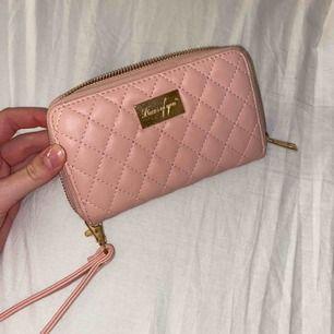 Säljer min plånbok, den är bra storlek och man får verkligen plats med alla kort och sedlar!💗 det går att buda på väskan, köparen står för frakt💞