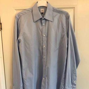 Snygg blå skjorta från Bläck. Tvättas i 40. Storleken är Small. Fraktkostnad tillkommer.