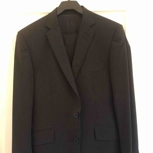 Snygg mörk kostym från Bläck. Endast använd vid ett tillfälle under en bal, nu har jag växt ur kostymen. Storleken är 46. Fraktkostnad tillkommer.