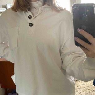 Fin piketröja med knappar Den är i storlek xxs, men jag är vanligtvis xs/s i tröjor och den passar fin fint, är tom lite oversized