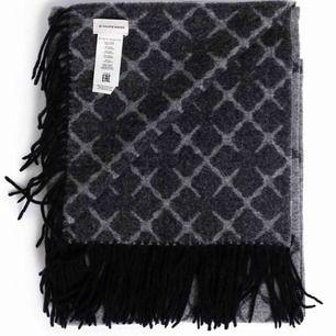 Halsduk från Malene Birger i grått med svarta fransar. 90% ull och 10%cashmere.  Nyskick, använd mellan 5-10 gånger vid kortare tillfällen. (Till och från jobb i bil) nypris 1399kr.  Köparen står för frakten. Tar emot swish
