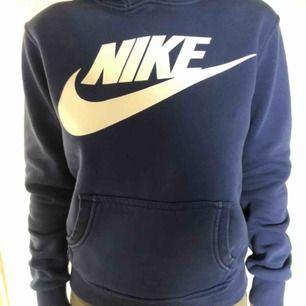 Fin Nike hoodie, helt oanvänd men tappade bort snöret som går att köpa till eller bara ha utan. Den sitter jätte fint även om du är xs. Frakt 42kr