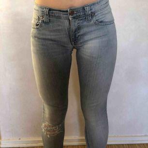 Jeans från nudie jeans, köpta för ca 1400kr sitter som en smäck, de har slitningar på ett knä och lite på ena bak fickan, de är i väldigt bra skick inget slitage. De är super till bodys. Frakt 42kr