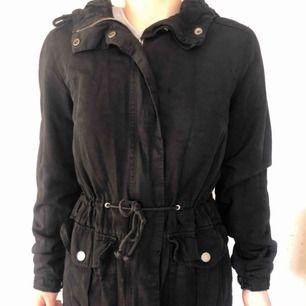 Fin höst jacka, den är från H&M den går att justera vid midjan så man får fina former i den. Frakt 42kr