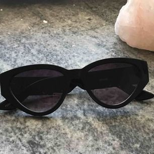 Snygga solglasögon som tyvärr aldrig används då de ej passar min ansiktsform