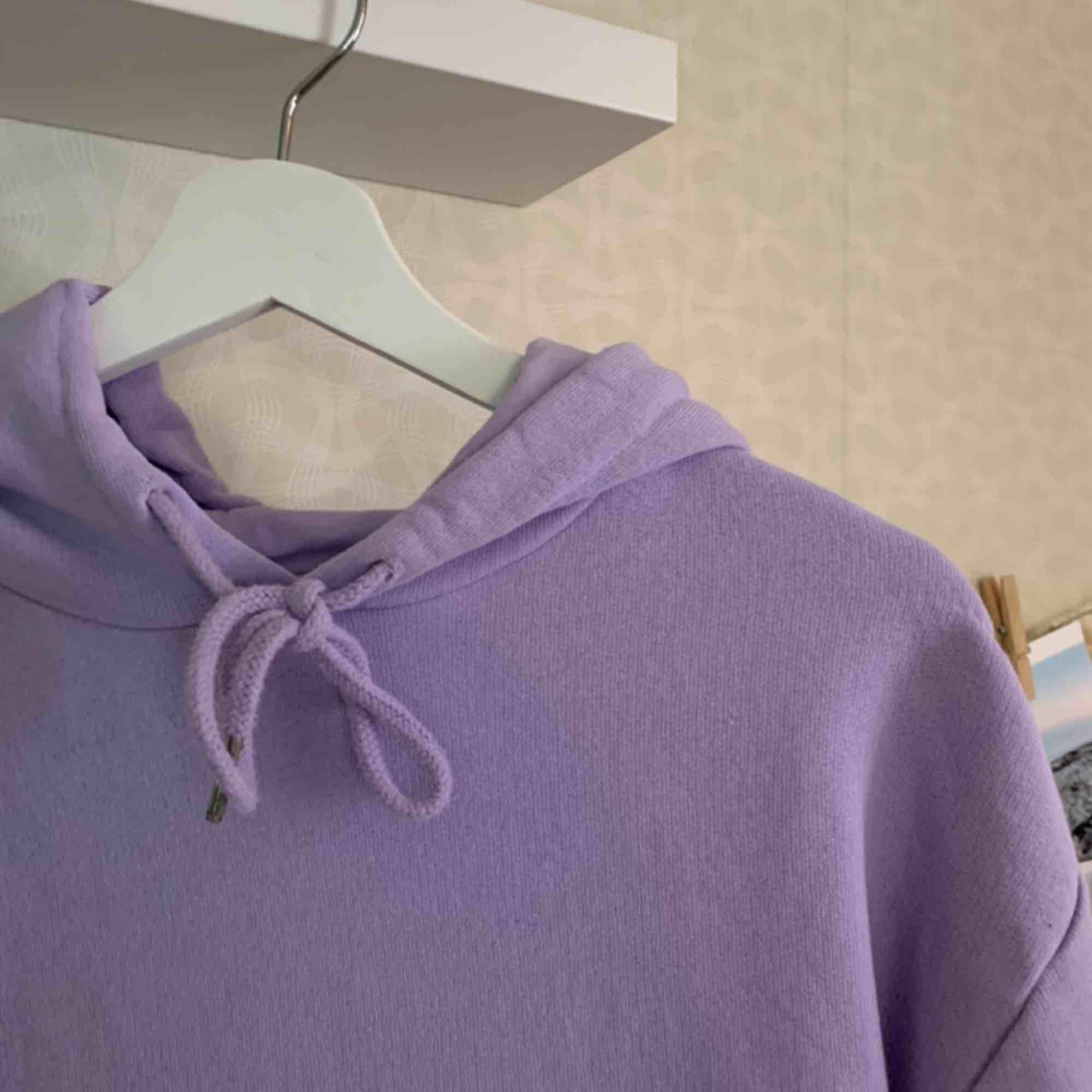 Asmysig och fin hoodie från Cubus i strl S! Verkligen jättefin ljuslila färg🥺💜 frakt ligger på 50kr! FÖRLÅT OM JAG INTE SVARAR! Det är många som vill köpa men kan endast förhandla med en i taget!. Huvtröjor & Träningströjor.