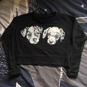 Svart croptop med hundar på! Köpt på plick men endast använd två gånger av mig, den är i superfint skick. Vid frakt står köparen för kostnaden 🐕