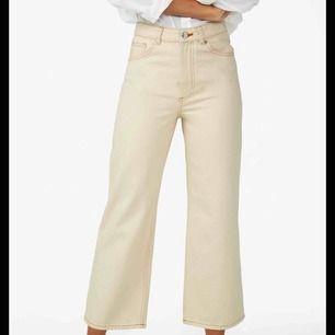 Off-white mozik jeans från Monki💛 Har ingen bra bild på passform men kan skicka ytterligare bilder vid intresse💛 Köpare står för frakt.