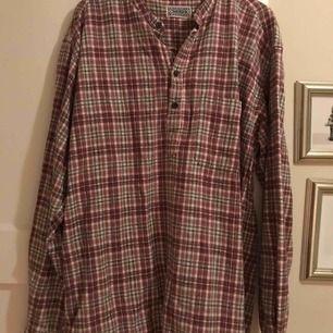 Snygg skjorta från indiska! Köpt på second hand men används ej så mycket längre. Kontakta för mer info!