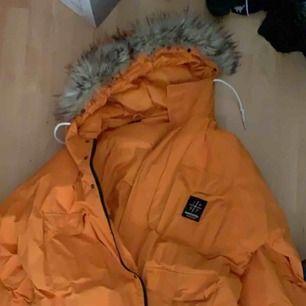 Orange parka från Sweet SKTBS. Inte använt på ett tag. Jättebekväm och håller värmen bra.