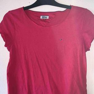 (Frakt inkluderat)  T-shirt från Tommy. Använt skick såsom runt ärmarna och längst ner, titta bild 2. Annars hel. Postar med postens blå påse, tar ej ansvar för postens slarv. Skriv gärna för frågor