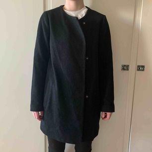 Välanvänd kappa från Monki, men i fint skick. Fungerar bra under både höst och vinter! Inte riktigt min stil längre och säljes pga det. Möts upp i Stockholm, annars står köparen för frakt :)