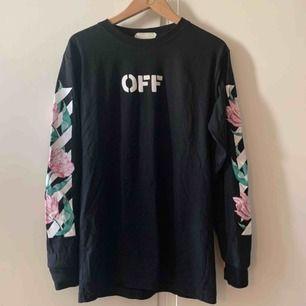 OFF-white tröja köpt i Thailand (ej äkta). Sitter bra som oversize på mig som har XS. Använd fåtal gånger. Möts upp i Stockholm, annars står köparen för frakt :)