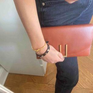 Super fin och rymlig clutch/plånbok från TIGER OF SWEDEN i 100% läder med guldspänne. Aldrig använd med plast kvar. Nypris: 1 900 kr🤎🤎