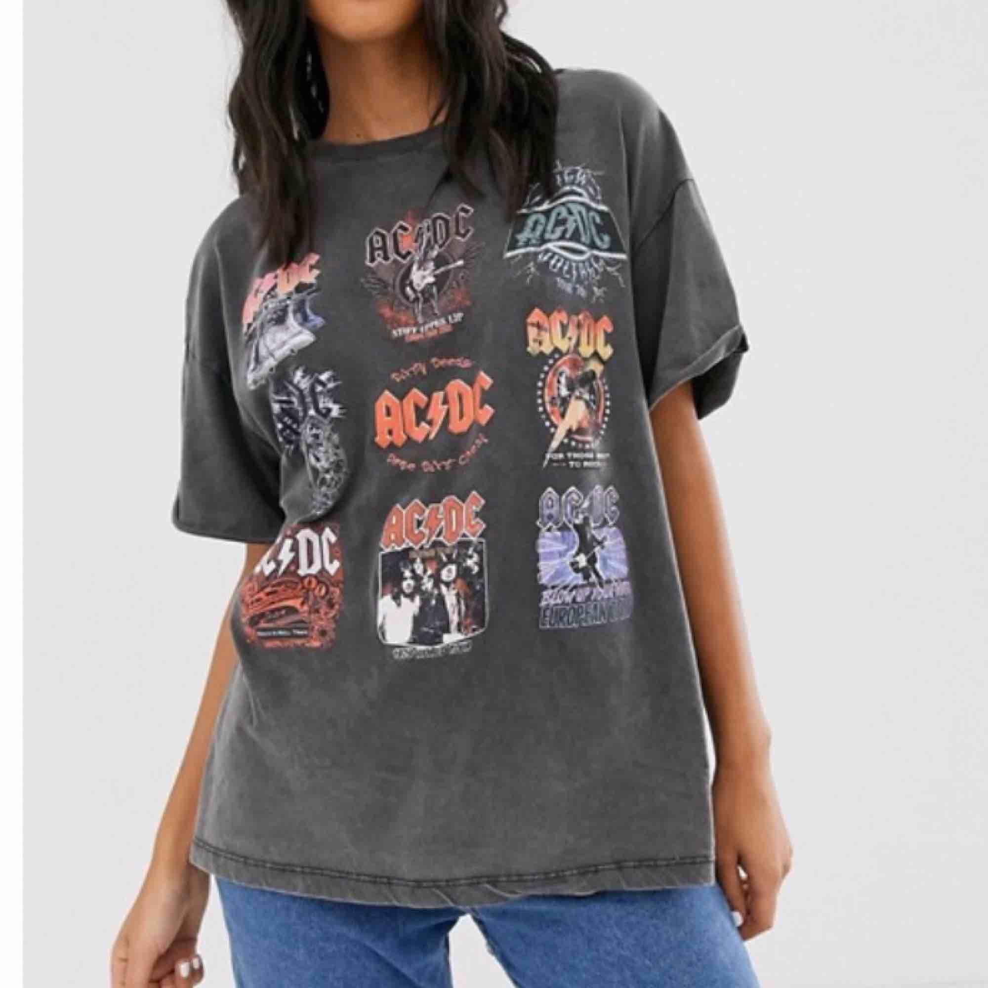 Jättesnygg Ac/dc tröja! Fint skick. Helt slutsåld och kommer ej tillbaka. 44kr  frakt, köparen står för frakt💖 bud: 500kr. T-shirts.