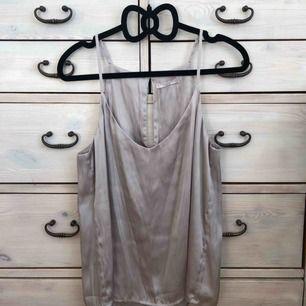 Ljusgrått jättefint linne från Wera, storlek 34. Pris inkl frakt. Satin. 100 % polyester.