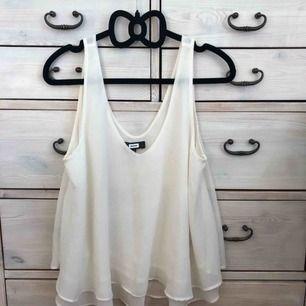Jättefint linne med dubbla lager, naturvit, i storlek M från BikBok. I nyskick! Priset är inkl frakt.