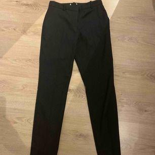 VÄRLDENS finaste svarta kostym byxor! Säljs då jag tyvärr inte kommer in i dem längre. Helt som nya i skicket! Vet tyvärr inte vart dem kommer ifrån då jag tydligen klippt bort lappen, men skulle chansa på NA-KD eller NELLY. Passar storlek XS & S