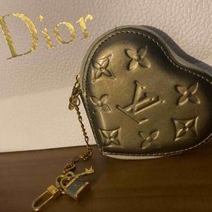 Säljer en super fin Louis Vuttion plånbok. Du kan hänga plånboken på byxorna eller i sidan av en handväska. Jätte bra skick men de finns 2/3 små svarta märken i baksidan som ni ser på sista bilden Pris går att diskuteras . Vid frågor hör av er☺️