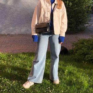 De populära Ace-jeansen från Weekday! Originalpris 500 kr. Väl använda men i gott skick. Jag är ca 167 cm. Säljer då jag köpte fel storlek. Möts upp i Uppsala/frakt tillkommer. 💞