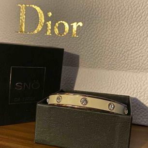Säljer en skit snygg Snö of Sweden armband i vit/ rosé med diamantstenar. Använd ett fåtal gånger men är i nyskick! Kartong tillkommer även:)