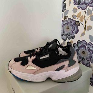 """Adidas sneakers i modellen """"Falcon"""". Skorna är gjorda i samarbete med Kylie Jenner. Storlek 39. Använda ett fåtal gånger så de är i väldigt bra skick! Nypris är 999 kr, tror att denna färg är slutsåld så skynda att fynda!"""