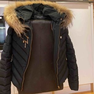 Säljer min fina vinter jacka som tyvärr inte kommer till användning, Kan gå ner i pris genom snabb affär fraktas men köparen står för frakten inkl frakt ligger på 130kr💗 Som helt ny inga skador:) (obs äkta päls:)