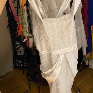 En vit klänning som är hand sytt. Aldrig använd i storlek xs passar även liten S . Har fått liten barn så vill inte bara hänga där .