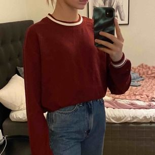 Röd tröja med vit krage och stripes runt ärmarna och längst ner. Men som första bilden så tycker jag själv att det är fint att vika upp den lite. Aldrig använd och köptes för 250
