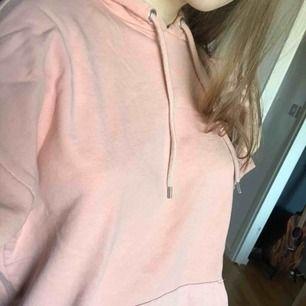 Mysig rosa/apricot färgad hoodie från monki, har en liten tråd som gått upp vid fickan men det märks knappt, stl xs o sitter lite oversized