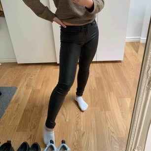 Vaxade byxor från Vero Moda. Står storlek XXS/L30 men passar dig som bär storlek XS i kläder, samt är ungefär 1,65  cm lång. Sitter snyggt och slimmat! Jättefint skick!   Köpare står för frakt!