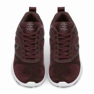 Sneakers storlek 38, oanvända. Kan tänka mig gå ner till 250 kr vid snabb och enkel affär!  Absolut skönaste skorna jag ägt (har ett par svarta), men måste tyvärr ha specialanpassade skor, därför säljer jag dessa 💗
