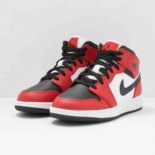 Någon som vill byta mina Jordan 1 mot andra i samma storlek men annan färg. Dom är helt oanvända har digitalt kvitto och box. Aldrig använda testade 1 gång aldrig gått med dem ute!!